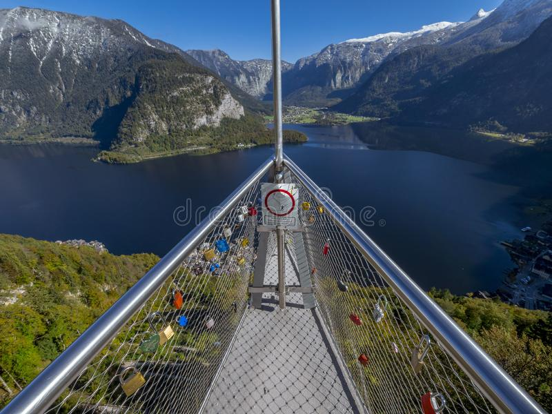 Skywalk con amore padlocks, lago Hallstatt, Salisburgo, Austria, E immagine stock