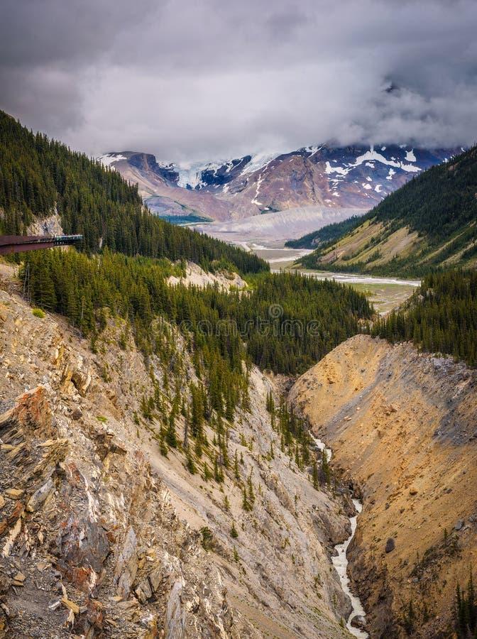 Skywalk da geleira acima do vale da geleira em Jasper National Park foto de stock royalty free