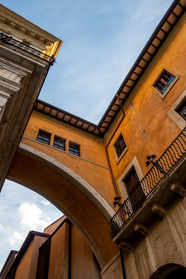 Skywalk i den historiska delen av Pisa, Tuscany, Italien royaltyfria bilder