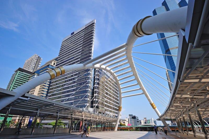 Skywalk público com construções modernas de Banguecoque fotografia de stock royalty free