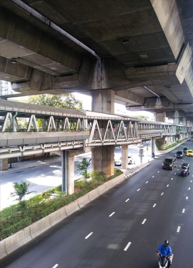 Skywalk sous la manière exprès à la 6ème route Bangkok de Rama images stock