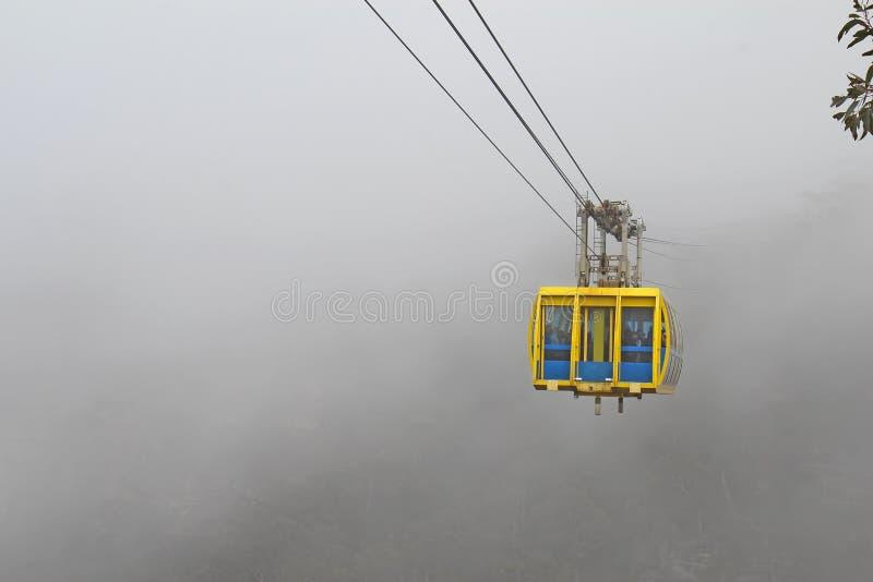 Skyway en la niebla en las montañas azules de Australia imagen de archivo