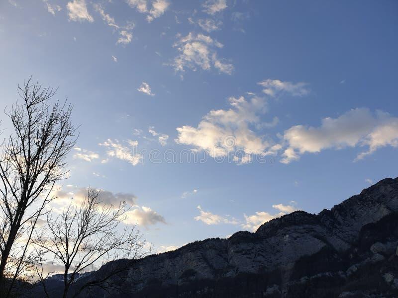 Skywide облака! Заволакивает слияние неба и горного пика в небесно-голубом стоковое фото