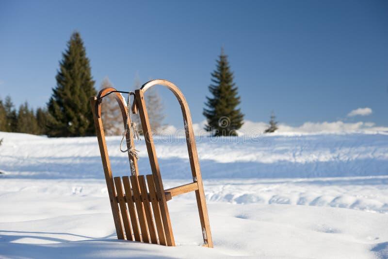 Download Släde på snön arkivfoto. Bild av scenics, barrträds, färg - 27282950
