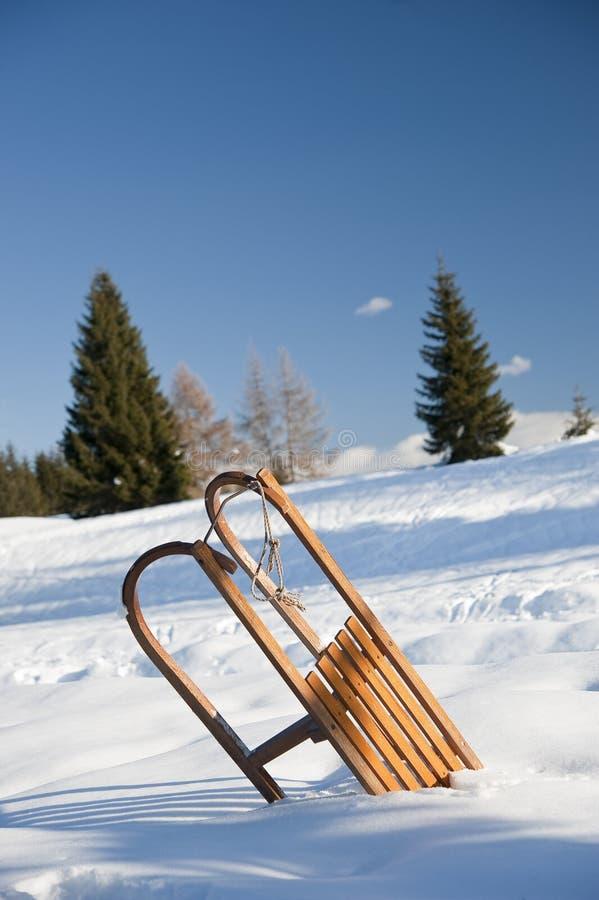 Download Släde på snön arkivfoto. Bild av pulka, semesterort, kallt - 27282968