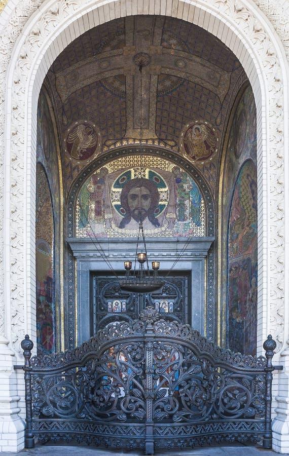 släkt utgångspunkt för dörringångsframdel suzdal porthelgedom På ingången till domkyrkan av St Nicholas Kronshtadt St Petersburg  royaltyfria foton