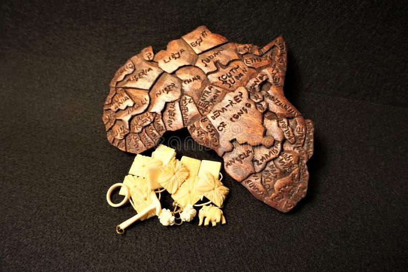 Släktklenodelfenbensmycken med träskulptur av Afrika fotografering för bildbyråer