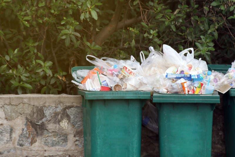 Slänga i soptunnan avfalls, förlorat plast- avfall för avskräde, förlorade plastpåsar för fulla fack tätt upp, avfalls för förore royaltyfria foton