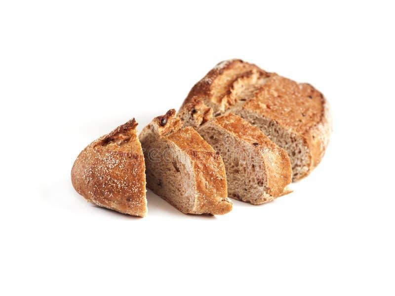 Släntra av bröd för helt vete med skivor som isoleras på vit royaltyfri fotografi
