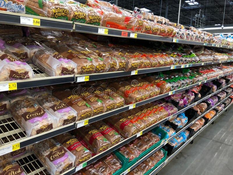 Släntra av bröd på hyllor i ett supermarketlager royaltyfri fotografi