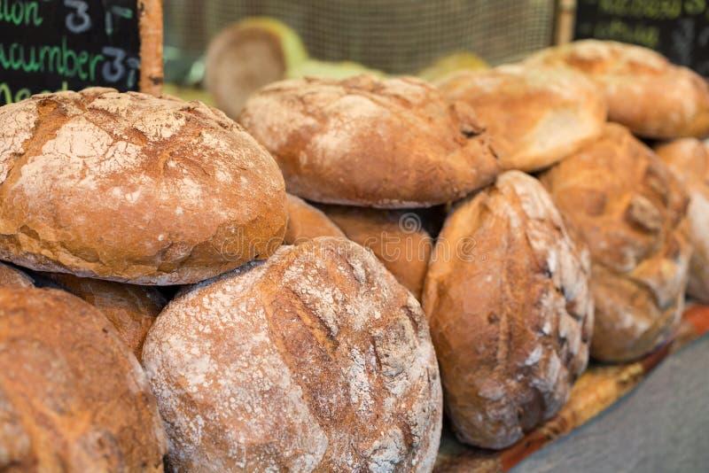 Släntra av lantligt bröd arkivbild