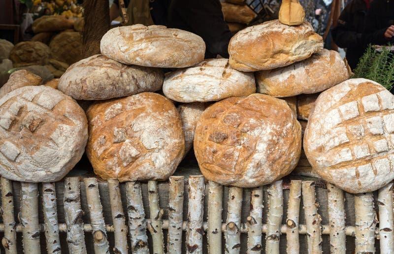 Släntra av lantligt bröd royaltyfri foto