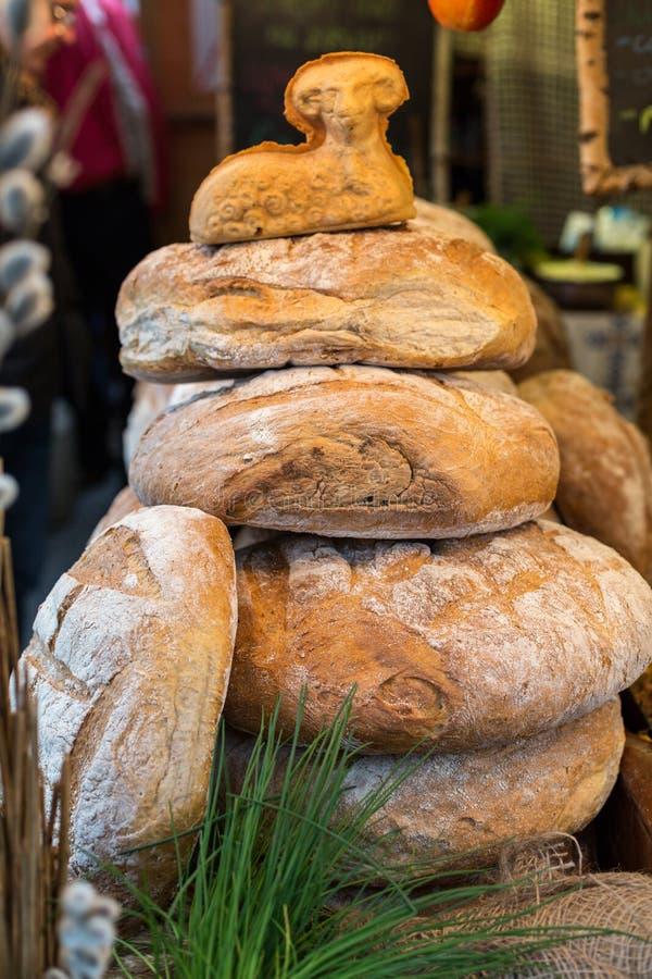 Släntra av lantligt bröd arkivfoton