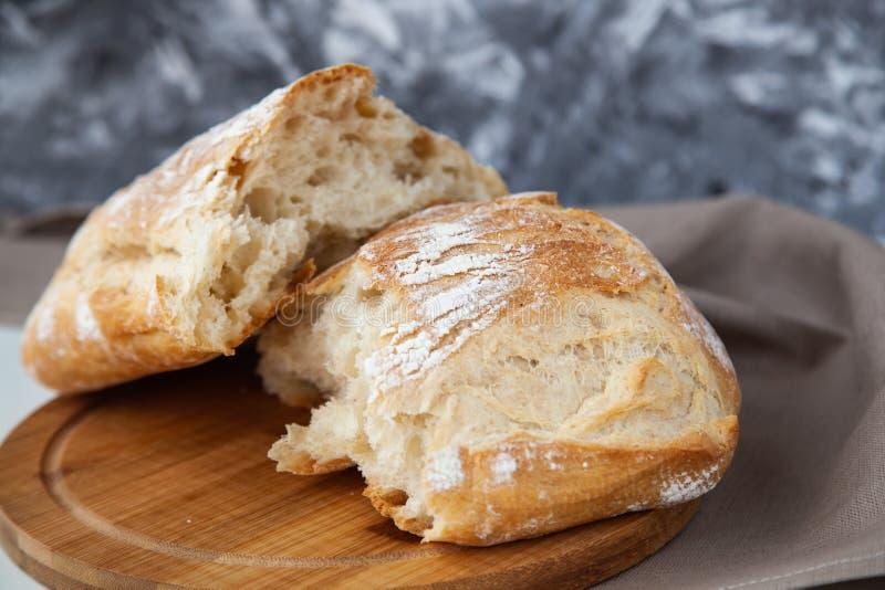 Släntra av nytt bröd på träbräde royaltyfri fotografi