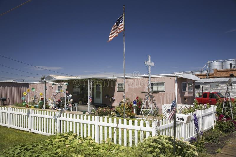 Släp med det vita posteringstaketet och amerikanska flaggan arkivfoto
