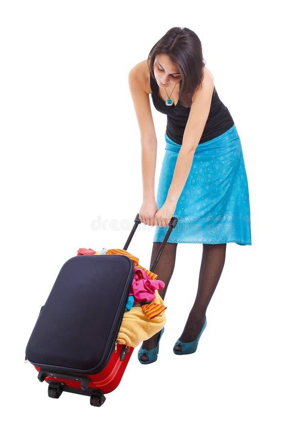 släpande resväskakvinna arkivfoto