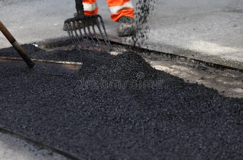 släta arbetare för asfalt arkivfoto