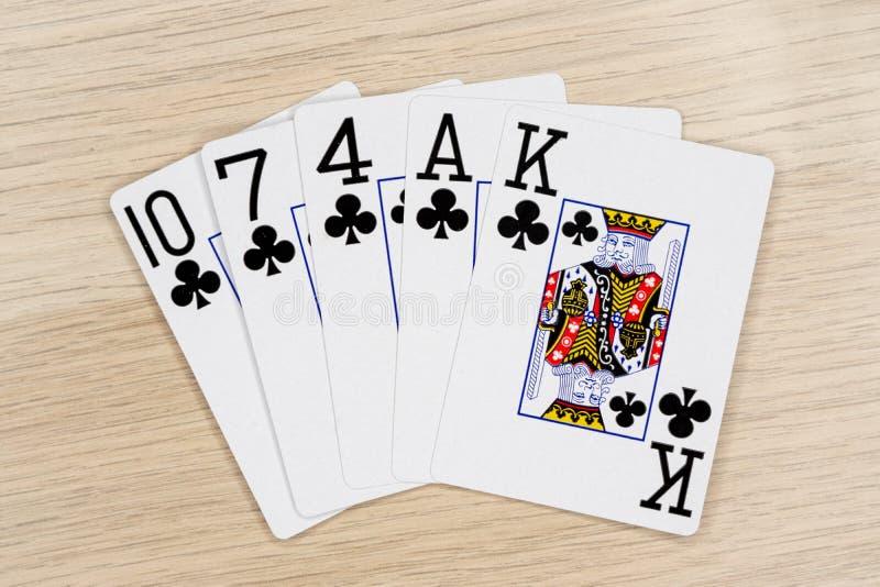 Släta klubbor - kasino som spelar pokerkort royaltyfria foton