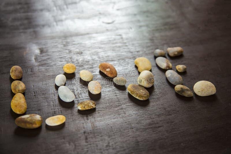 Släta stenar på träbackgroungen royaltyfri fotografi