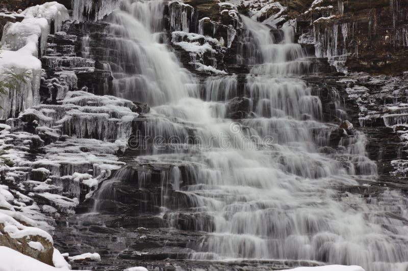 Släta vintervattenfallet med snö fotografering för bildbyråer