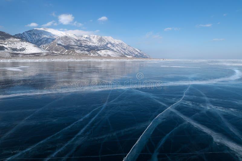Släta yttersida av det djupfrysta isfältet av Lake Baikal i vinter arkivfoton