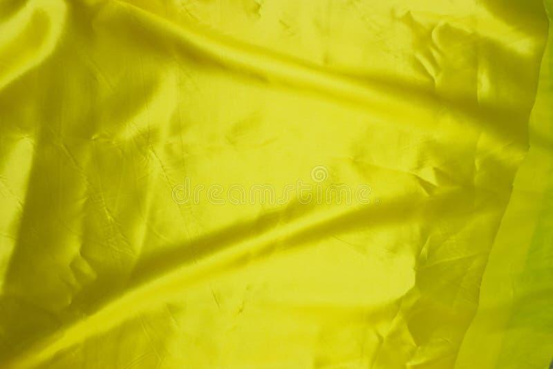 Slätt elegant guld- silke kan använda som bakgrund arkivbild
