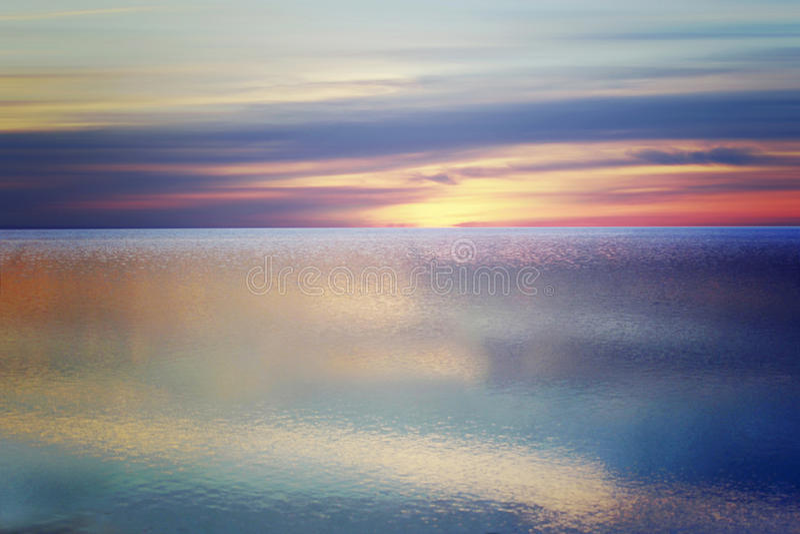Slätt hav med reflekterande färger arkivfoto
