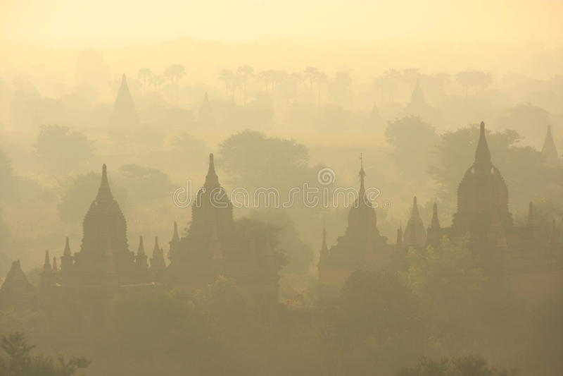 Slättar av Bagan i morgonmist, Bagan, Mandalay r royaltyfria bilder