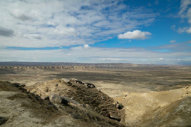 Slättar och berg av den Gobustan nationalparken royaltyfri foto