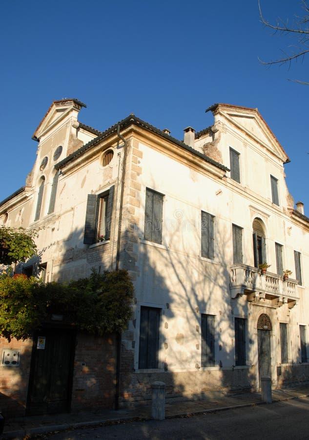 Slätten och den forntida villan som lokaliseras i vänstersidabanken av Brentaen i byn av Mira i landskapet av Venedig i Venetoen arkivbilder