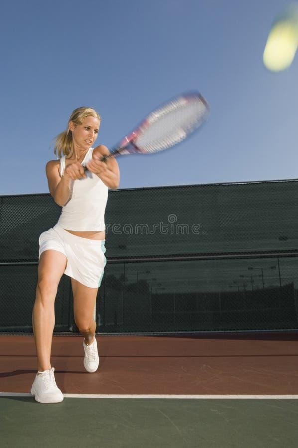 Slå för tennisspelare som är backhand- på domstolen fotografering för bildbyråer