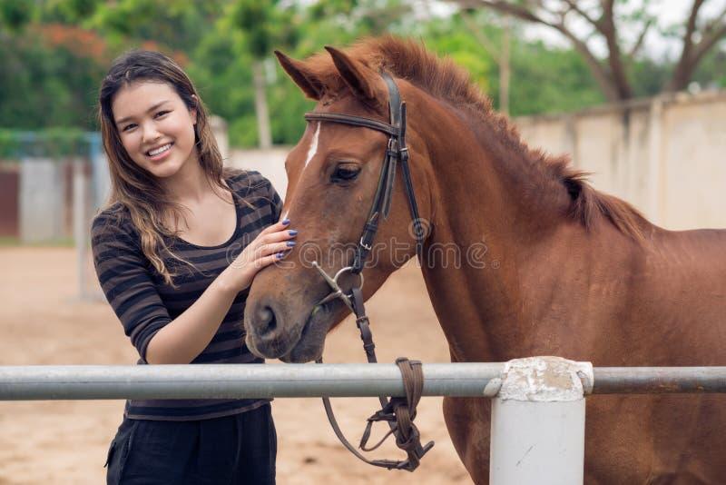 Slå ponnyn arkivfoton