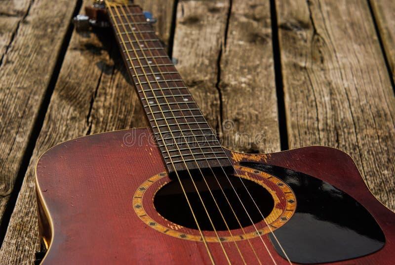 Slå upp den röda akustiska gitarren arkivfoton