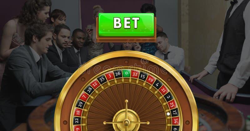 Slå vad knappen och rouletthjulet och folk i kasino fotografering för bildbyråer