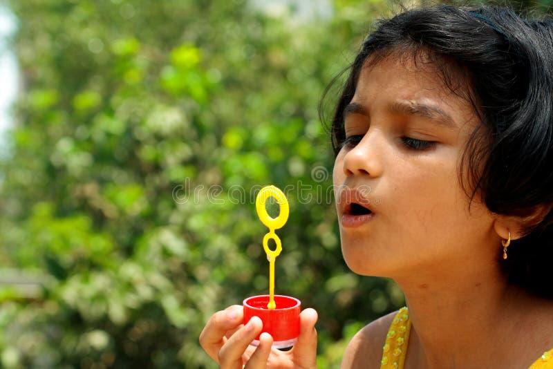 Slående bubblor för flicka royaltyfri foto