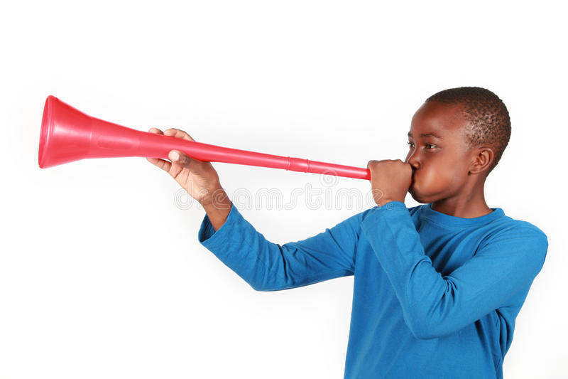 slående pojkevuvuzela royaltyfri bild