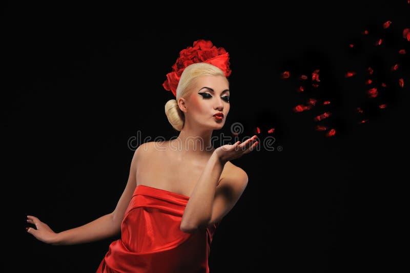 slående rose kvinna för petals royaltyfri foto