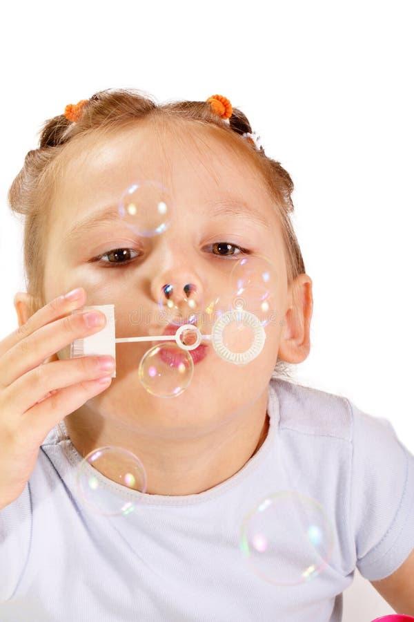 Slående såpbubblor för härlig liten flicka arkivbilder