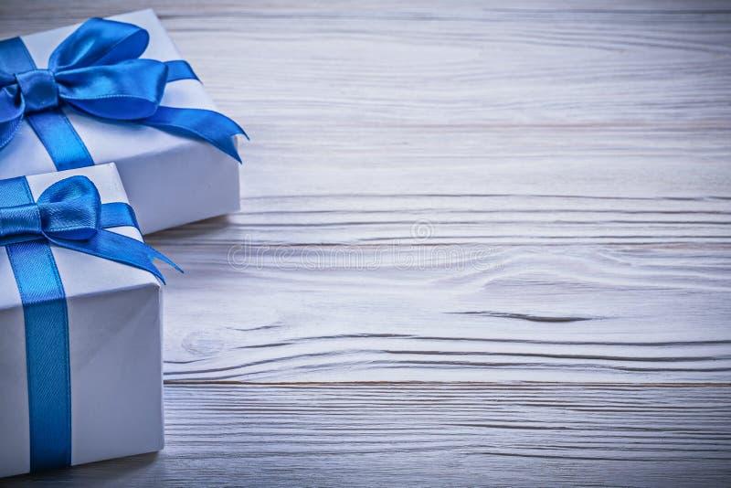 Slågen in gåva boxas på träbrädehorisontalversioncelebra royaltyfri foto