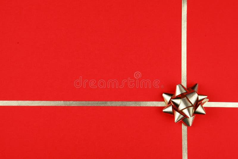 Slågen in gåva med en pilbåge på den royaltyfri fotografi