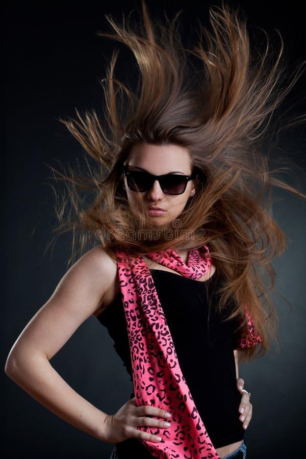 slågen hårsolglasögon som slitage kvinnan royaltyfria foton