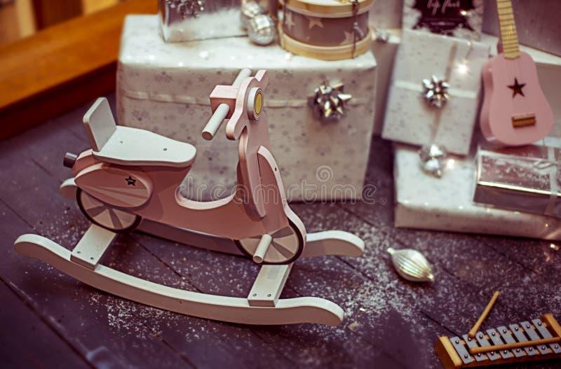 Slågen in julklappar och leksaker för ungar royaltyfria bilder