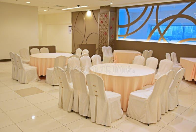Slågen in tabell och stolar som är klara för beröm arkivfoto