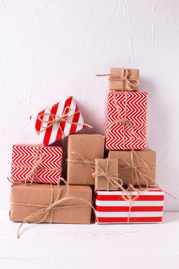 Slågna in färgrika gåvaaskar med gåvor på vit texturerade bac royaltyfria bilder