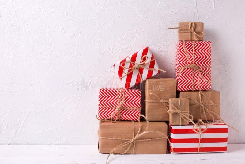 Slågna in färgrika gåvaaskar med gåvor på vit texturerade bac royaltyfri fotografi