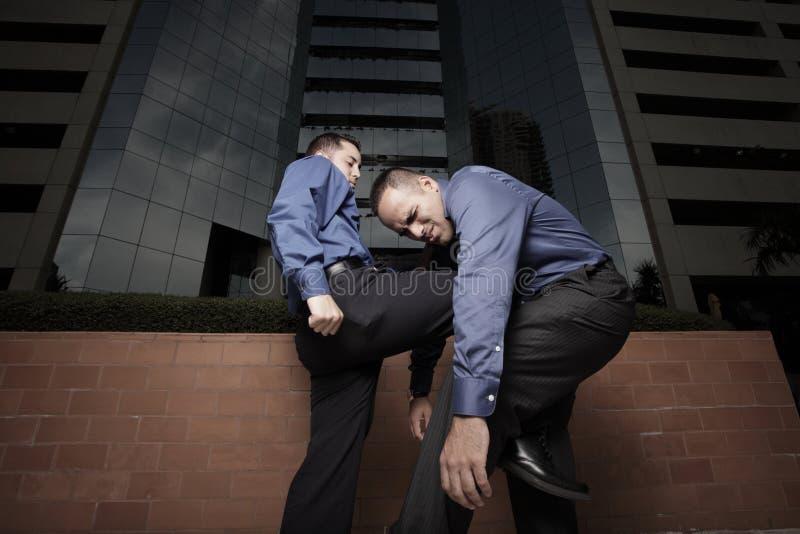 slåss för affärsmän royaltyfria foton