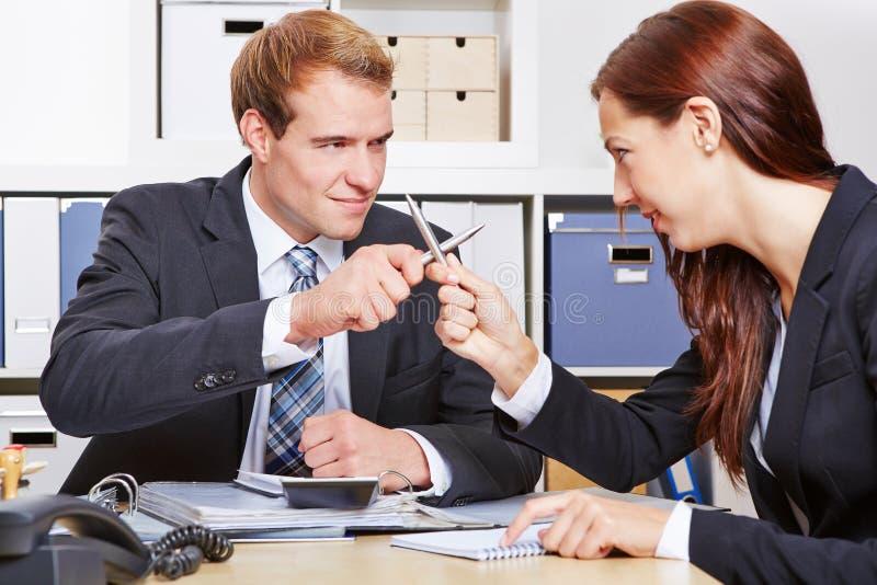 Slåss för två affärspersoner arkivbild