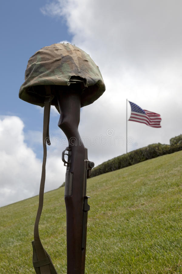 slåss korset fallna soldaten arkivfoton