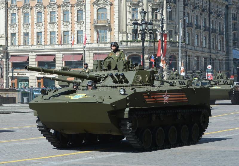 Slåss maskinen landa BMD-4M, trädgårdsmästare som utrustas med stridighetenhetskolonin royaltyfri bild