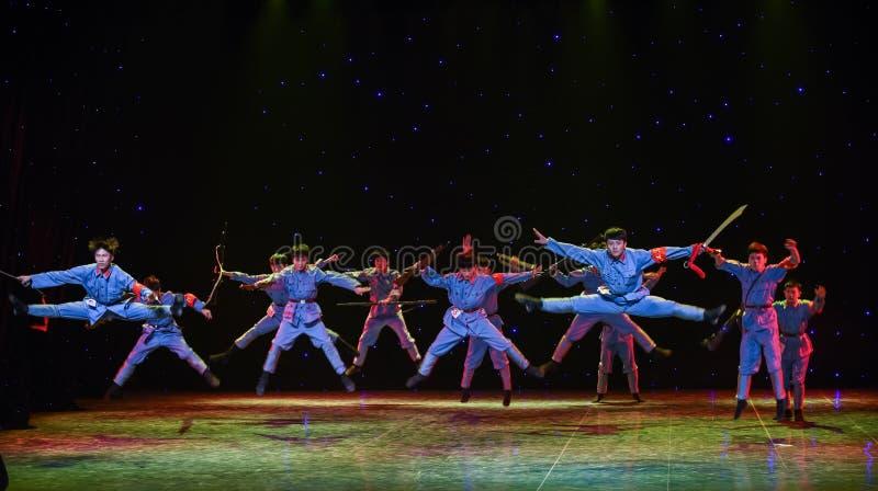 Slåss modigt avbrott-Kina för den långa marschen för fienden- den etniska dansen royaltyfri fotografi